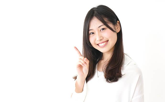 女性が人差し指を指しているときのイメージ